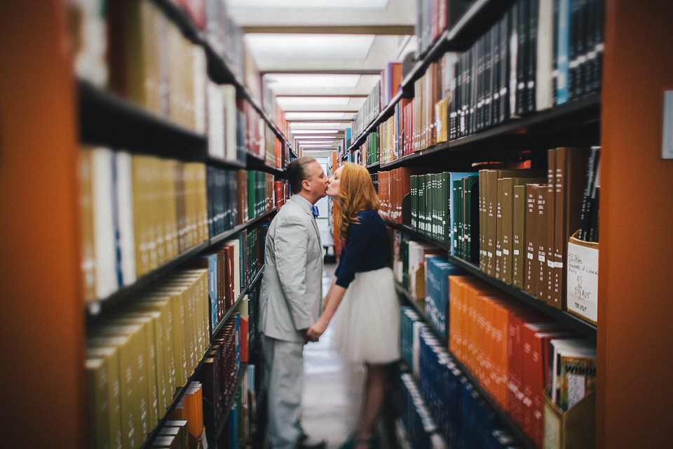 couple kissing in chicago library