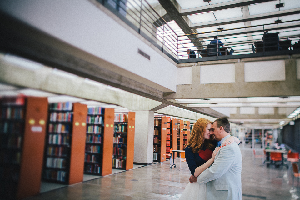couple embracing at chicago library session