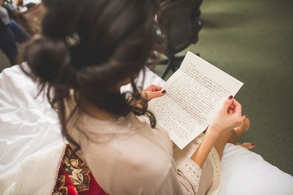 01 bride reading a note
