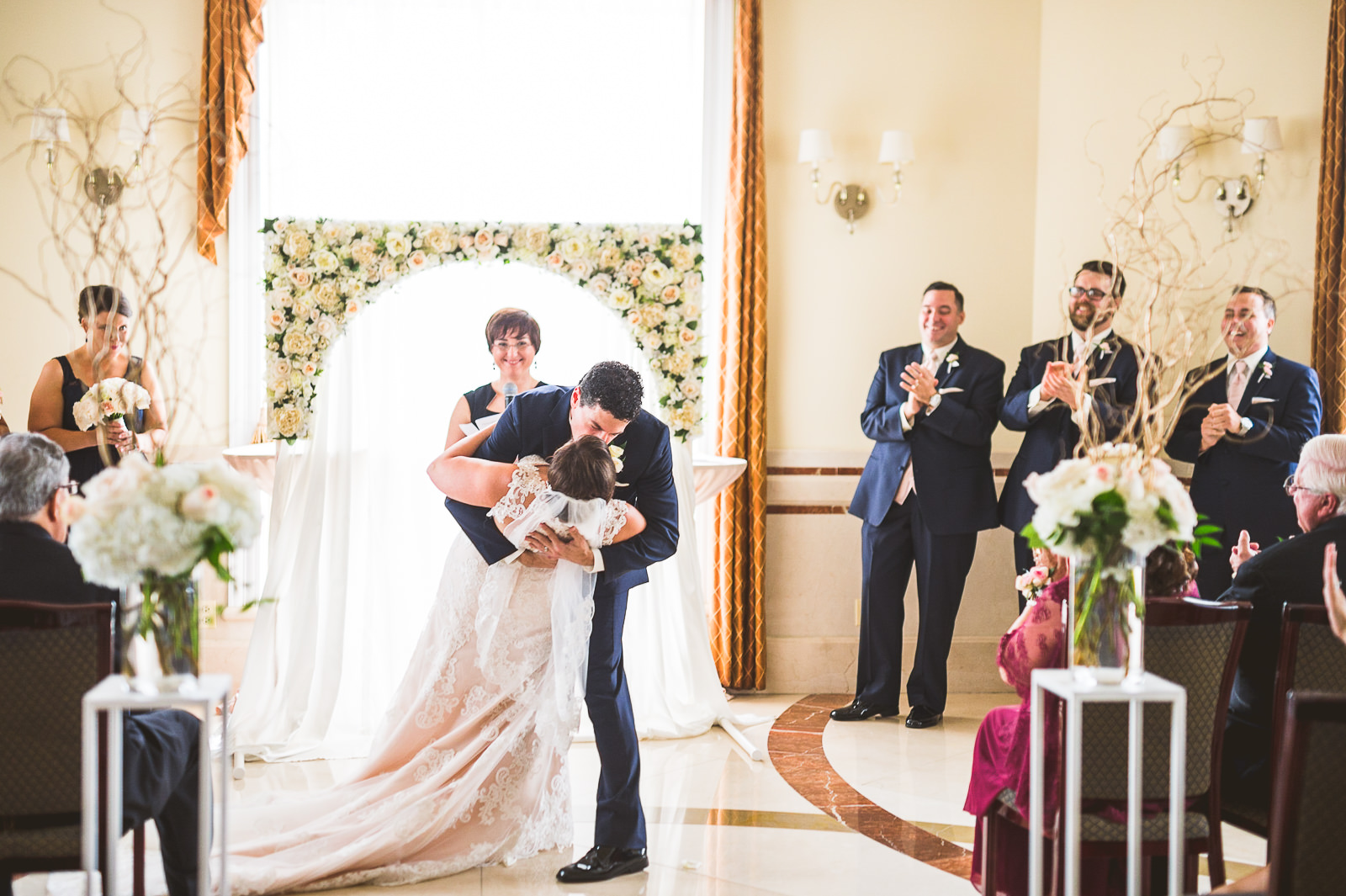 43-first-kiss-at-chicago-wedding