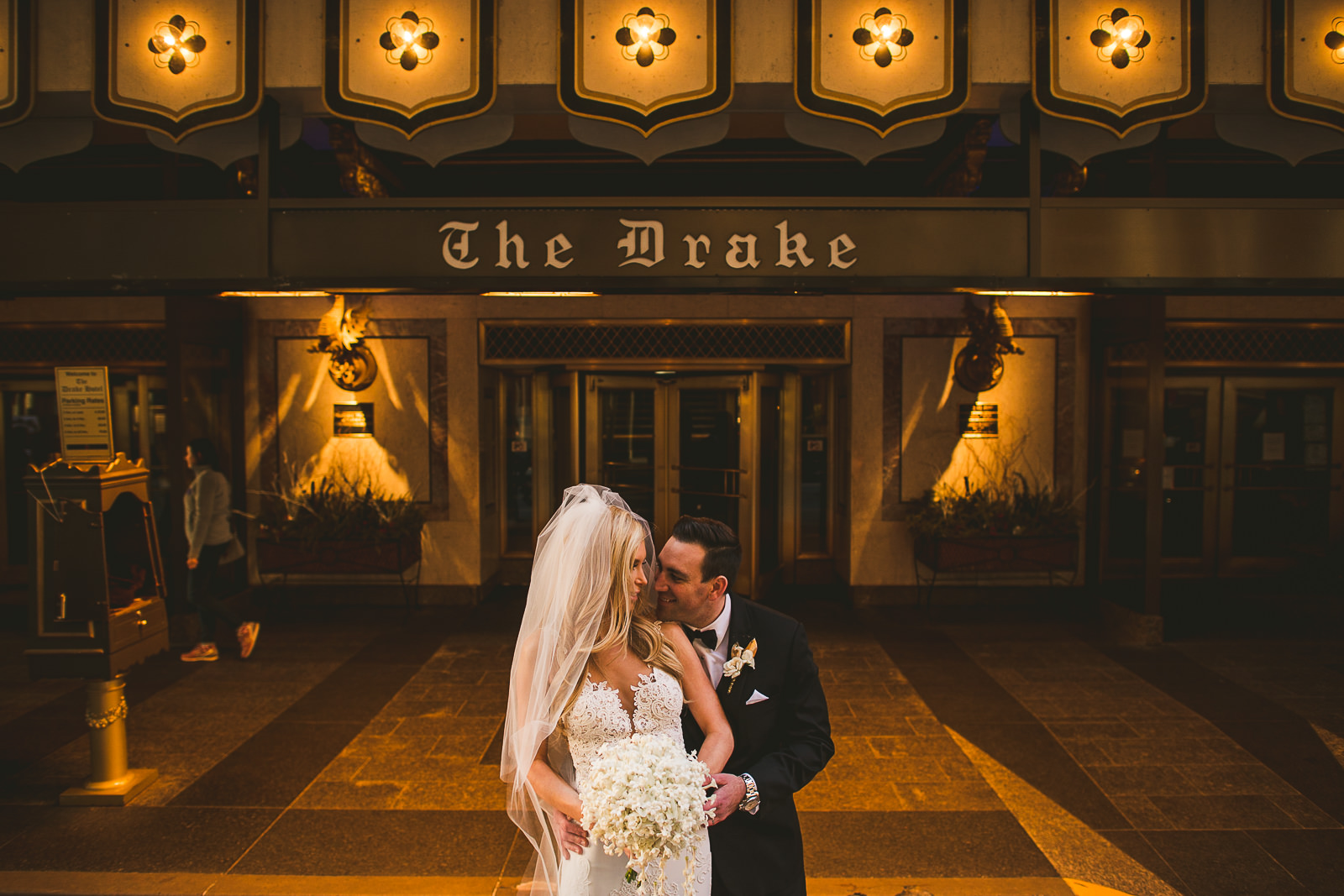 42 wedding photos in the front of drake hotel chicago - Kayla + Terry // Drake Hotel Chicago Wedding Photos