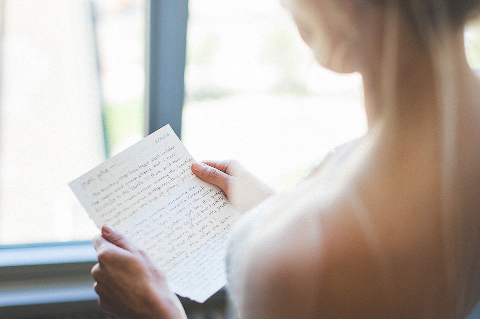 06 bride reading a note